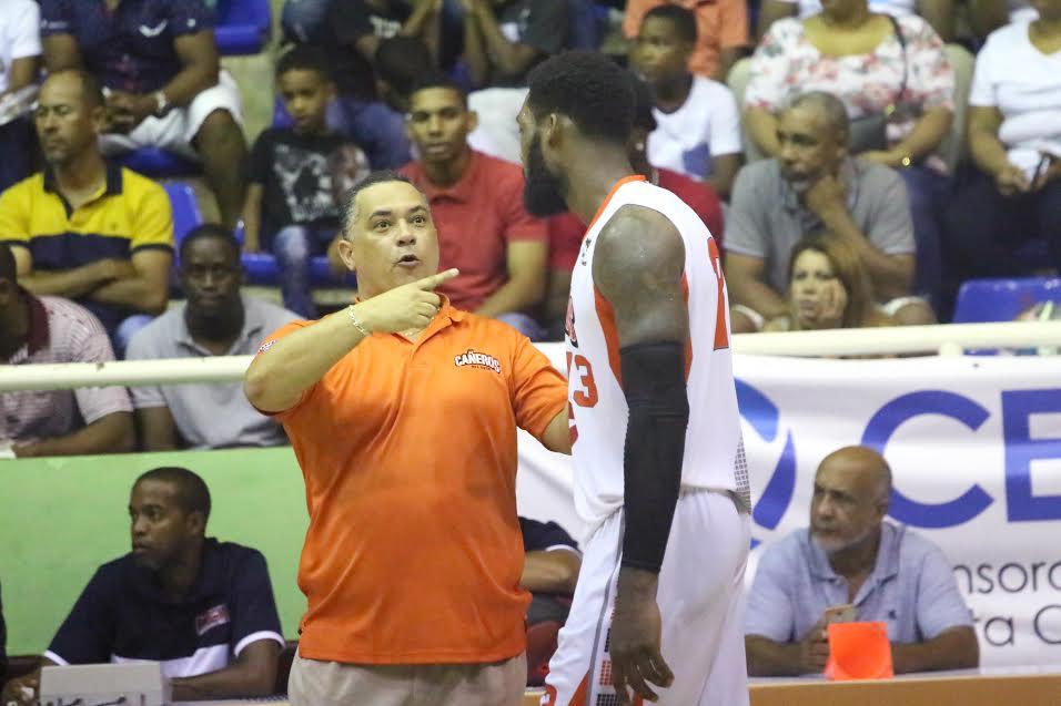Ruiz debutó por primera vez en la LNB cuando fue el coach técnico de los Metros De Santiago a quienes llevó al título de Campeón en esa ocasión con marca de 13 ganados y 7 perdidos.