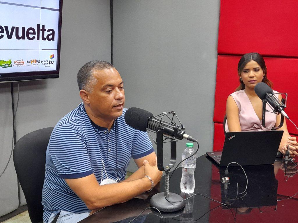 Coach Tony Ruíz anuncia nueva fecha de prácticas y sostiene encuentro con jugadores nativos de La Romana.